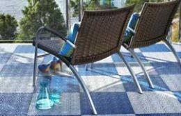 Stolice na terasi sa plavim podom