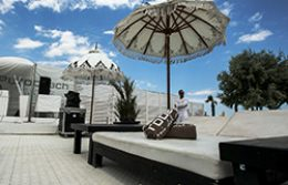Pod na suncanoj terasi sa suncobranom